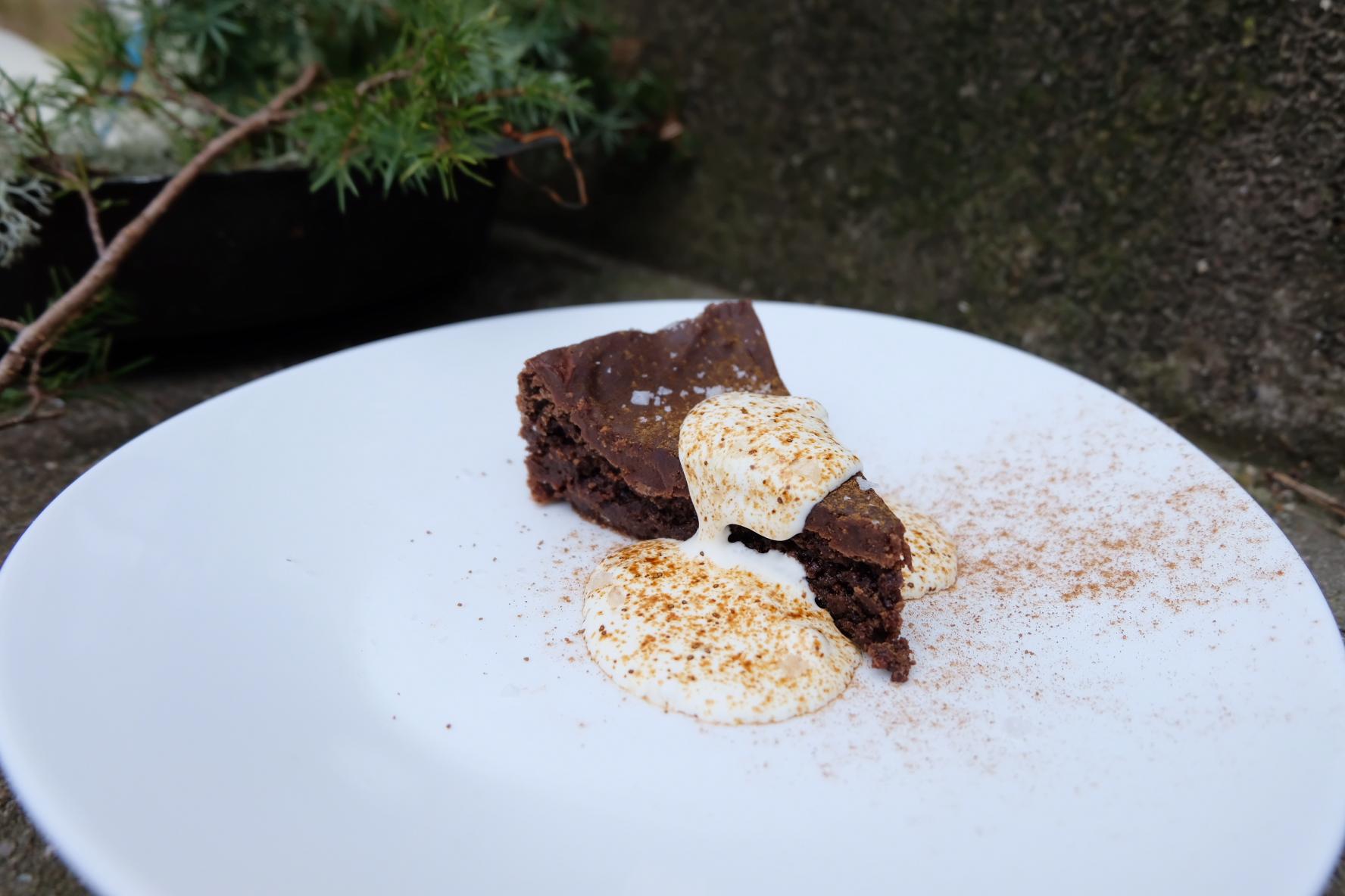 Kladdkaka med täcke av choklad- och lakritskola